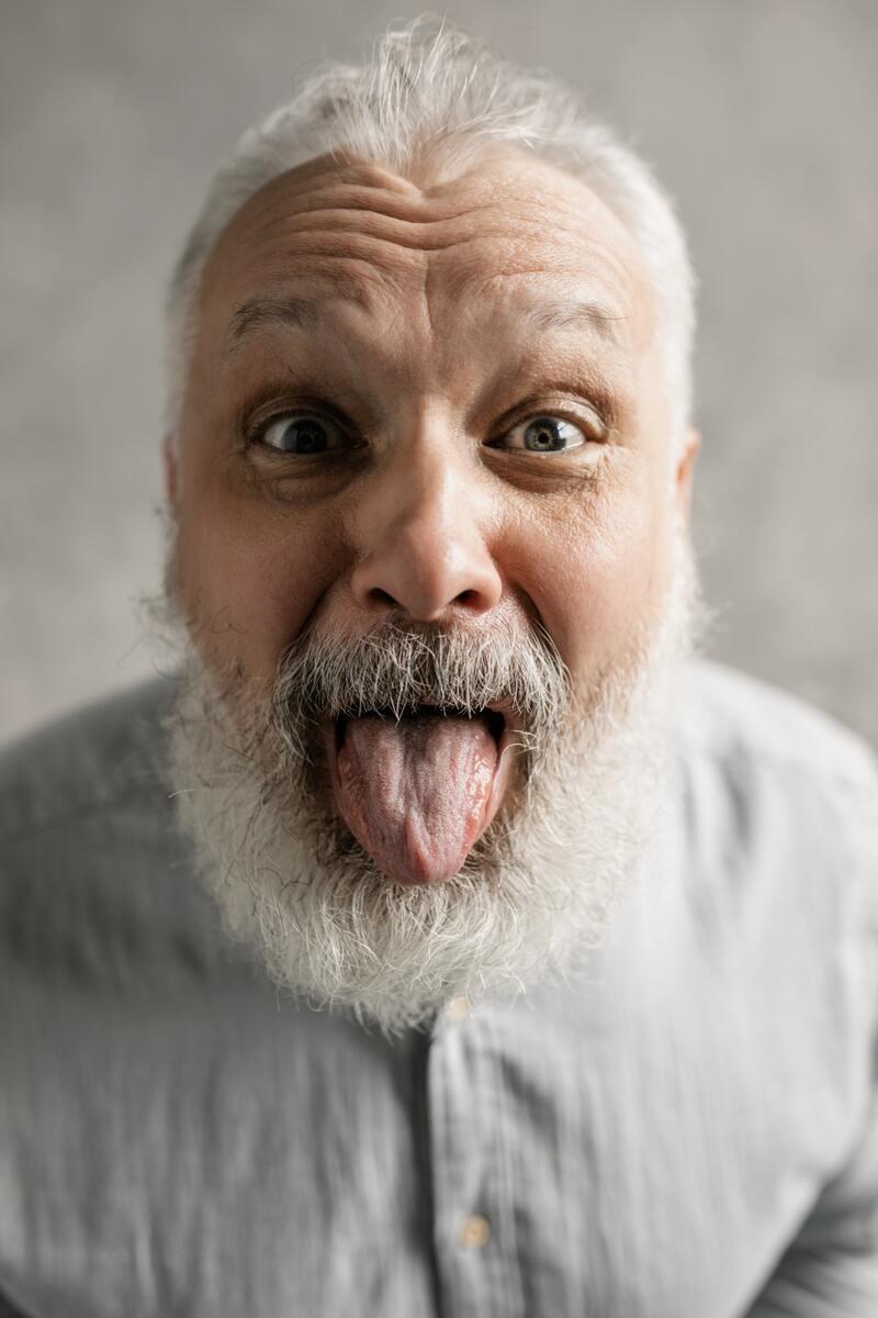 Testzentrum Bad Schoenborn, Testzentrum Kronau, Coronatest, Antigen Schnelltest, Alter Mann der seine Zunge rausstreckt